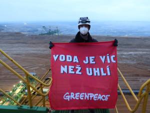 Aktivisté z Greenpeace zablokovali rypadlo v dole Turów. Krade vodu z českého území, vadí jim