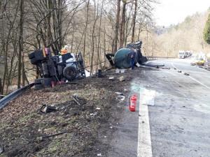 Vážná nehoda mezi Brodem a Malou Skálou, čelně se srazilo auto s náklaďákem