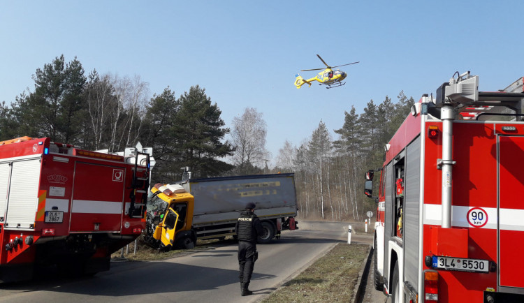 Srážka náklaďáku s vlakem u Sosnové. Při nehodě se zranili tři lidé