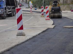 Práce na silnici I/10 v Harrachově zkomplikují cestu do Polska