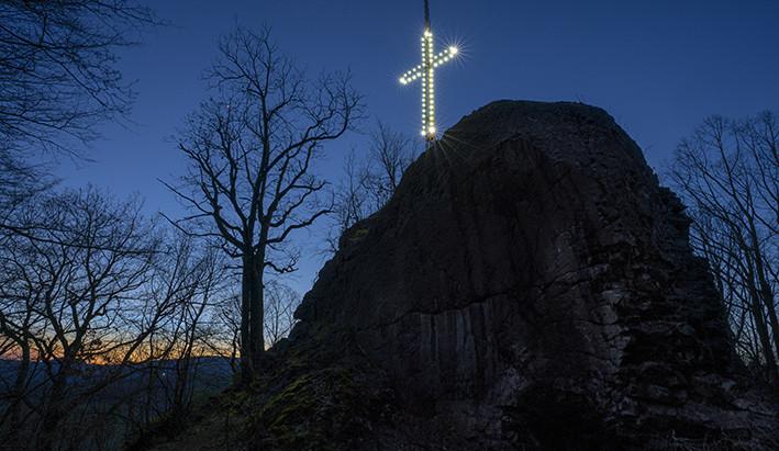 Nad Novým Borem opět září kříž. Rozsvícený zůstane do úterý
