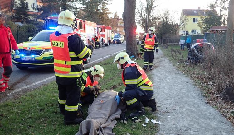 Auto narazilo v Doksech do stromu. Zranilo se pět osob