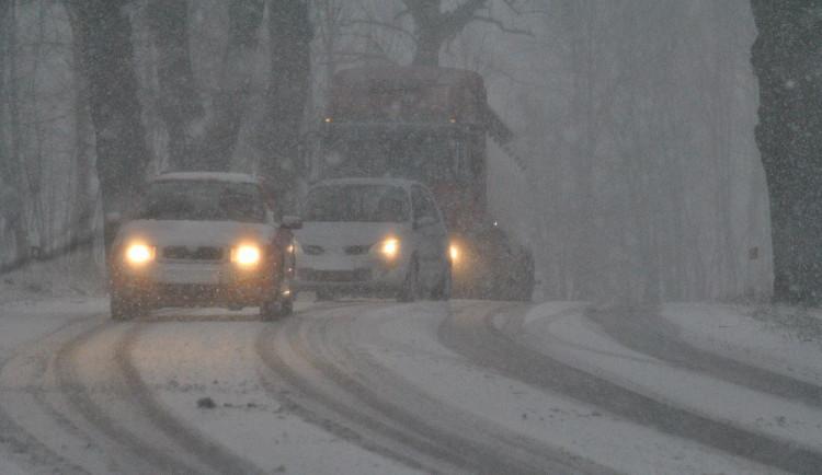 Na silnicích v horských oblastech leží rozbředlý sníh, někde mohou povrchy namrzat