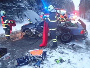 Tragická nehoda u Jablonce. Srážku auta s dodávkou nepřežil člověk, tři lidé jsou zranění