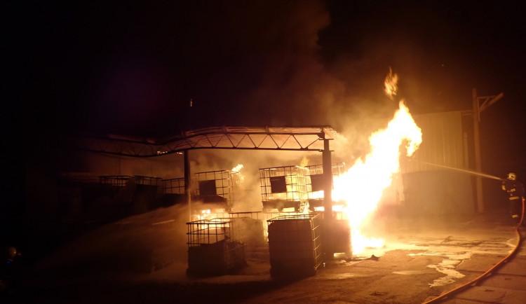 Požár v rýnovickém průmyslovém areálu. Hořely sudy s hořlavinou, jeden zraněný