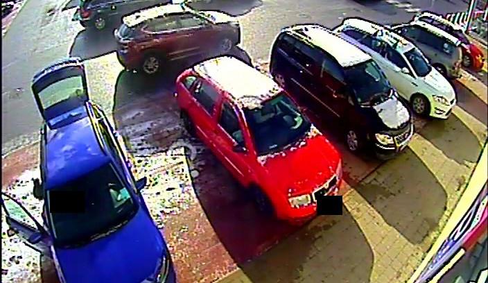 Řidič u Kauflandu naboural jiné auto a ujel. Zachytily ho kamery