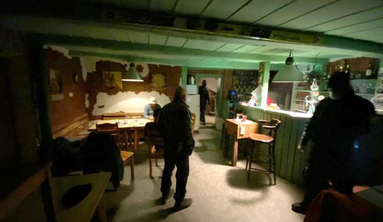 Otevřená hospoda v Liberci. Uvnitř sedělo patnáct lidí, celníci zabavili automaty