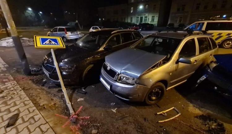 Řidič při nehodě na náměstí ve Smržovce poničil tři auta. Pak ujel a hledá ho policie