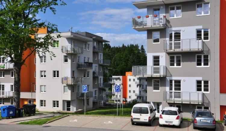 Lidé z družstev nebudou muset za byty znovu platit, rozhodla ministerstva. Převody vyřeší nové smlouvy