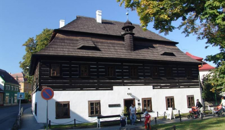 Dříve zde byl Hospitálek, dnes dům v Doksech přibližuje Máchu a místní rybáře