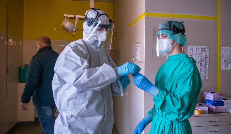 Za víkend přibylo v kraji 61 nový případů koronaviru, je to méně než před týdnem