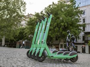 Zelené koloběžky v Liberci by mohly odlehčit dopravě. Oproti Rekolům je město nedotuje
