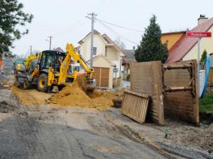 Do Kodešovy ulice ve Frýdlantu se vrátili dělníci. Opravy potrvají do příštího roku