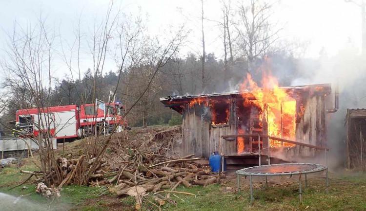 Hasiči likvidovali požár venkovní sauny. Od kamen chytila podlaha