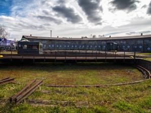 Depo s historickými lokomotivami v Turnově je nově památkou. To ho ochrání před demolicí