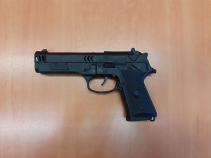 Recidivista přepadl trafiku s dětskou pistolí. Hrozí mu deset let