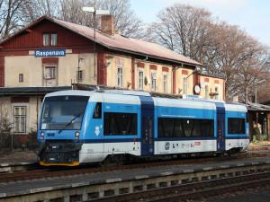 Dnes vyjedou první turistické vlaky a autobusy