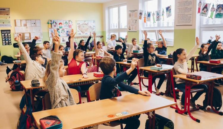 Do škol se dnes poprvé vrátili žáci z druhých stupňů a nižších ročníků víceletých gymnázií