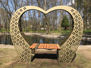 V českolipském  parku je naistalována nová lavička oslavující lásku
