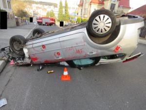 Při vyjíždění od kraje silnice narazila do protijedoucího auta. To se přetočilo na střechu, tři zranění