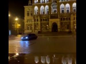 Před libereckou radnicí se v noci proháněl řidič a driftoval