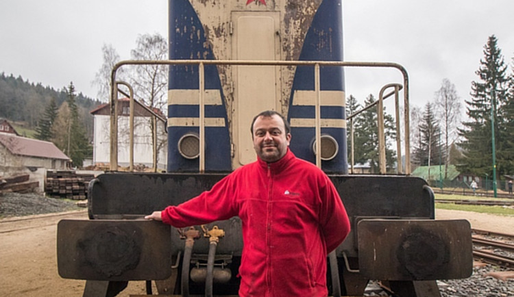 Šotouš Pavel Šturm miluje vlaky celý život. Kvůli dobré fotce by vylezl i na strom