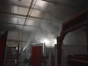 Hořelo v dubické průmyslové zóně. S požárem v hale bojovalo pět jednotek hasičů