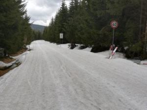 Silnice kolem Souše se otevře nejdříve koncem května. Místy je na ní půl metru sněhu