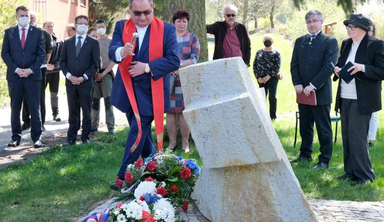 V Rovensku odhalili smírčí kříž, na konci války tam zastřelili 365 Němců