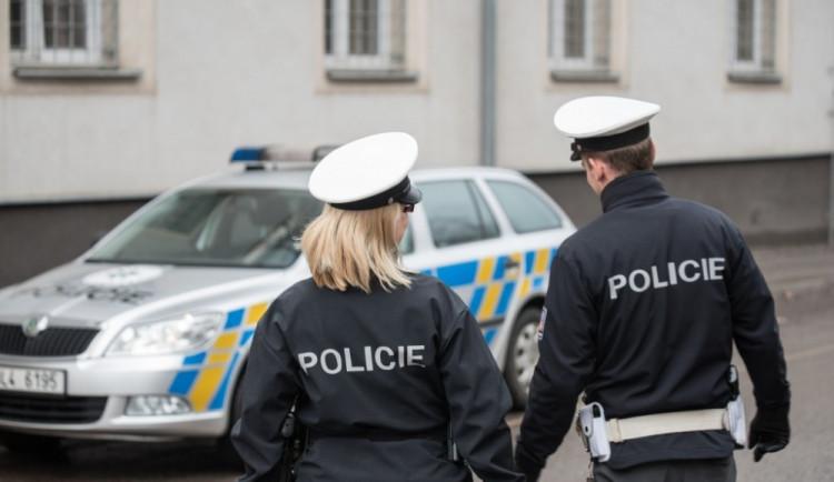 Policisté hledají řidičku, která srazila seniorku. Ženě sice pomohla, té se ale později přitížilo
