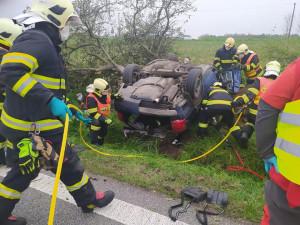 Vážná nehoda u Habartic. Řidič s autem přerazil strom