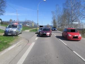 Žena vběhla do silnice mimo přechod, způsobila nehodu. Z místa odešla, hledá ji policie