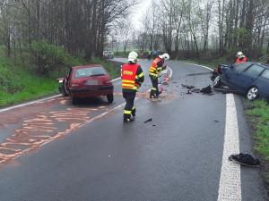 Nehoda u Mníšku. Při srážce dvou aut se zranili čtyři lidé
