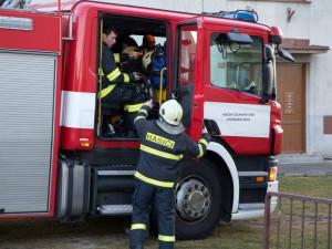 Zásah u požáru v paneláku zkomplikovala špatně zaparkovaná auta. Zdržovala hasiče