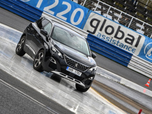 Mladí řidiči trénují bezpečnou jízdu na autodromu v Sosnové
