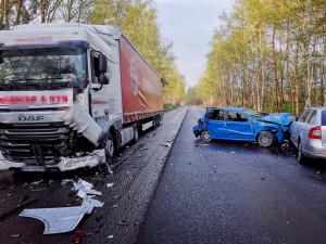 Kamion u Lvové narazil do kolony aut. Osm zraněných