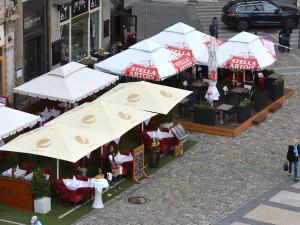 Dnes se otevírají zahrádky restaurací, mohou se konat venkovní kulturní akce až pro 700 lidí