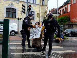 Zablokovala Šalďák kvůli klimatické krizi, odvlekla ji policie. Bojím se o nás, řekla