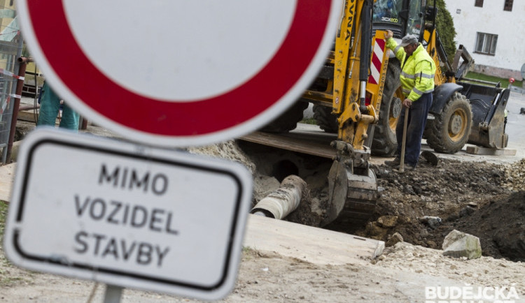 Silnice ze Sýkořic do Žlábku je v havarijním stavu. Letos se dočká rekonsturkce