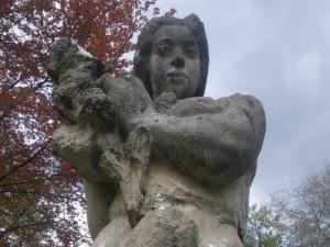Neznámý vandal poškodil Kolomazníkovu sochu v centrálním českolipském parku