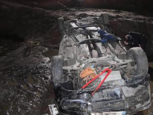 Řidič vjel na opravovaný úsek, s autem se zřítil z pěti metrů. Spolujezdec nehodu nepřežil