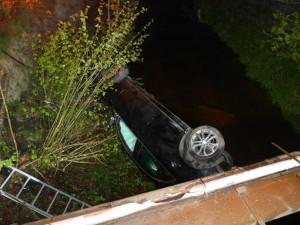 Nehoda v Kateřinkách. Řidič uhýbal autu v protisměru, skončil v korytě Nisy
