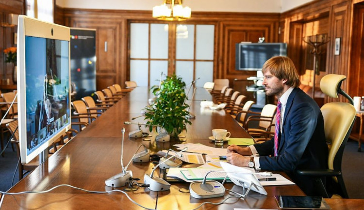 Ministr zdravotnictví Arenberger rezignuje. Vrací se Adam Vojtěch