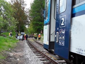 Auto u Lomnice vjelo na přejezdu přímo pod vlak, tři zranění