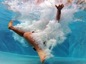 Chystáte se napustit bazén? Nejlepší je objednat si cisternu s vodou, klasická přípojka to nemusí vydržet