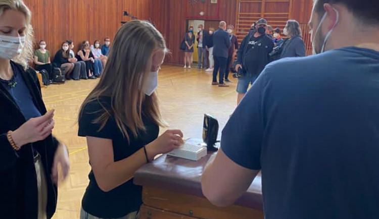 Liberecká nemocnice na gymnáziu testovala tři způsoby odběru vzorků pro PCR testy