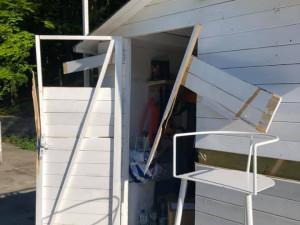 Zloděj vykradl stánek na Lesáku. Největší škodu způsobilo vloupání, mrzí provozovatele