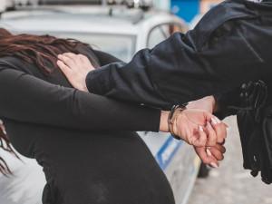 Policie odhalila nelegální migranty. Upozornili na sebe nefunkčním světlem