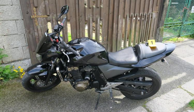 Motorkář kvůli rychlosti nezvládl jízdu na kostkách. Skončil v nemocnici