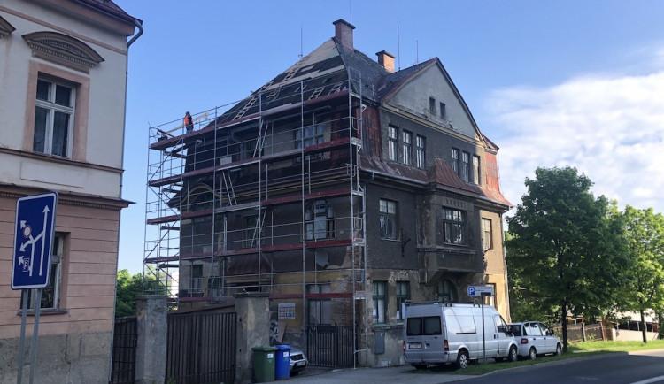 Město opravuje sto let starý dům na Horákovce. Budou zde sociální byty